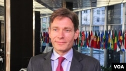FILE - Tom Malinowski, a U.S. assistant secretary of state, will urge Hanoi to free political prisoners and will encourage legal reforms related to human rights. (N. Ching/VOA).
