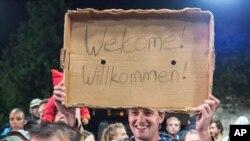 5일 도착하는 난민들을 환영하는 독일인들 (자료사진)