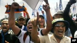 Buruh Indonesia turun ke jalan untuk menyuarakan hak-hak mereka pada Hari Buruh, 1 Mei (Foto:dok). Persoalan buruh, disamping masalah ekonomi, menjadi tantangan berat pemerintahan hasil Pemilu 2014.