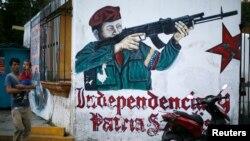 Mural que muestra a Chávez con un arma cerca de su mausoleo en Caracas.