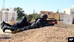 Des policiers tunisiens prennent des positions lors d'une operationdans la banlieue de Ben Guerdane, le sud de la Tunisie, 8 mars 2016.