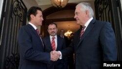 Meksika prezidenti Enrike Pena Nieto və ABŞ dövlət katibi Reks Tillerson