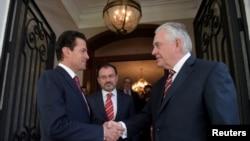 Rex Tillerson à direita, com o Presidente do México Enrique Pena Nieto na Residência Presidencial a 2 de Fevereiro 2018