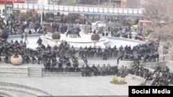 تجمع ماموران پلیس در مقابل تاتر شهر در خیابان انقلاب تهران