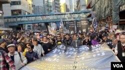 香港民陣12-8國際人權日遊行隊頭大型標語,列出遊行訴求,追究警暴、捍衛人權、五大訴求、缺一不可。(攝影: 美國之音湯惠芸)