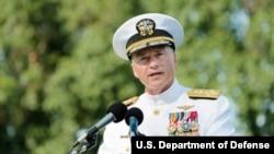 美國海軍上將溫尼菲爾德(Admiral Sandy Winnefeld)2015年7月31日在退役儀式上發言(美國國防部照片)