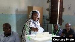 Une citoyenne comorienne votant le 10 avril 2016