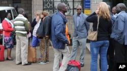 Abakora mu mashirahamwe y'abagira neza muri Sudani yo m'Ubumanuko ku kibuga c'indege ca Wilson i Nairobi muri Kenya