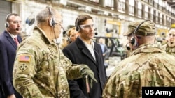 美國陸軍部部長埃斯珀(中)2019年2月20日訪問陸軍一個裝備基地。(美國陸軍照片)
