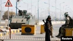 胡塞反政府武裝2015年1月22日在總統府門口站崗