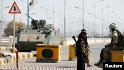 22일 예멘 사나에서 후티 반군이 대통령궁 앞을 지키고 있다.