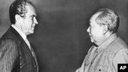 1972年尼克松在北京和毛泽东握手