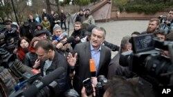 Pemimpin Krimea, Sergei Aksyonov, memberikan keterangan kepada media (8/3).