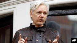 Tư liệu - Julian Assange đứng phát biểu trước người ủng hộ trên ban-công của đại sứ quán Ecuador ở London, Anh, ngày 19 tháng 5, 2017.