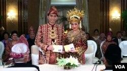 Edhie Baskoro Yudhoyono, anak bungsu Presiden Susilo Bambang Yudhoyono, saat menikah dengan Siti Rubi Aliya, putri kedua Menteri Koordinator Bidang Perekonomian Hatta Rajasa, 2011 lalu. (Foto: Dok)