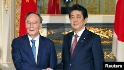 日本首相安倍晉三在東京會晤到訪的中國國家副主席王岐山。 (2019年10月23日)