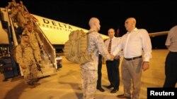 Komandan Kompi, Kapten Christopher Richardella dari Batalion 2 Satuan III Marinir AS disambut oleh Warren Snowdon, dari Departemen Pertahanan Australia (kanan) setibanya di Darwin (4/4).