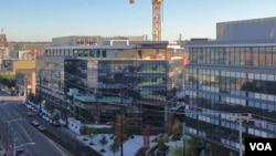 """Invesores inmigrantes en procura de visas financiaron la construcción del complejo """"Home Plate Center"""" frente al estadio de béisbol de Seattle. (Foto: Tom Banse, VOA)"""