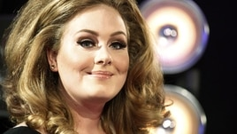 Singer Adele poses on arrival at the 2011 MTV Video Music Awards in Los Angeles, August 28, 2011.