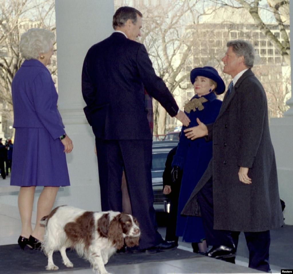 1993年1月20日,當選總統克林頓和夫人希拉里·克林頓抵達白宮,與即將卸任的總統喬治·布什及其夫人握手。