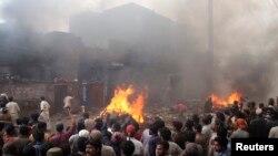 Massa yang marah membakar puluhan rumah berada di wilayah yang didominasi Kristen di Lahore, Pakistan, Sabtu (9/3).