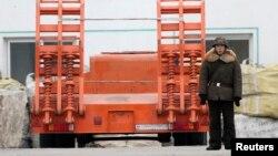 지난 2월 북한 접경도시 신의주에서 한 군인이 트럭 옆에 서있다. 압록강 너머 중국 단둥에서 촬영한 것이다.