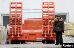 Lính Bắc Triều Tiên đứng canh bên cạnh một xe tải trên bờ sông Yalu, gần thị trấn Sinuiju của Bắc Triều Tiên đối diện với thành phố biên giới Đan Đông của Trung Quốc.