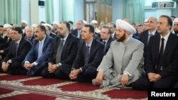 敘利亞國家電視台發放的照片顯示,阿薩德總統(右三) 星期四在大馬士革一家清真寺祈禱的照片