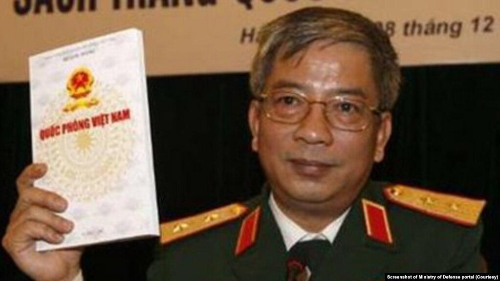 Sách trắng Quốc phòng Việt Nam gần đây nhất được công bố năm 2009, do Thứ trưởng Bộ Quốc phòng Nguyễn Chí Vịnh ra mắt. Cuốn Sách trắng thứ 4 đang sắp được công bố, theo hai chuyên gia nắm rõ tình hình Việt Nam cho biết. (Ảnh chụp màn hình cổng điện tử Bộ Quốc phòng)