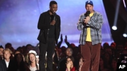 Chris Rock dan Adam Sandler sebagai host acara MTV Movie Awards (foto: dok).