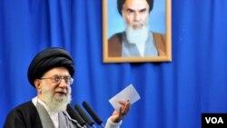 Pemimpin agung Iran Ayatollah Ali Khamenei berbicara dalam khotbah sholat Jumat di Teheran, 4 Februari 2011.