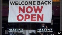 """舊金山一家莫爾頓牛排館亮出的""""現在營業歡迎歸來""""的招牌。(2021年3月4日)"""