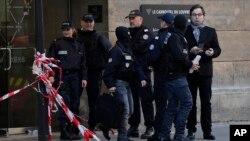 法國警方在發生襲擊案現場調查。