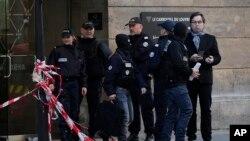 Cảnh sát đứng bên ngoài bảo tàng Louvre, gần nơi các binh sĩ bắn bị thương một kẻ tấn công cầm mã tấu, Paris, ngày 03 tháng 02 năm 2017.