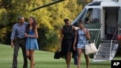 2015年8月23日,美国总统奥巴马一家在玛莎葡萄园度假结束回到白宫。(资料照片)