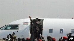 Watu kadhaa wakimpokea rais wa Sudan Kusini Salva Kiir alipokuwa akiwasili nyumbani.