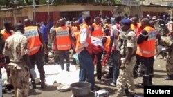 Des secouristes interviennent lors d'une manifestation à N'Djamena, au Tchad, 11 juillet 2015.