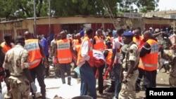Photo d'archives: Les premiers intervenants se réunissent sur le site d'un attentat suicide à N'djamena, au Tchad, le 11 juillet, 2015.