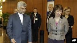 Kepala kebijakan luar negeri Uni Eropa Catherine Ashton (kanan) bersama juru runding nuklir Iran, Saeed Jalili (foto: dok).
