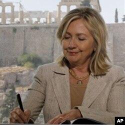 Η κ. Κλίντον υπογράφει το μνημόνιο για την πάταξη της αρχαιοκαπηλίας