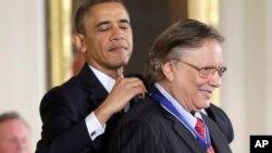 El presidente de EE.UU. Barack Obama coloca la Medalla de la Libertad al músico de origen cubano, Arturo Sandoval.