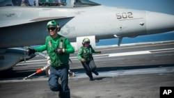 Tentara AS dekat pesawat yang digunakan untuk mendukung operasi serangna udara di Irak dan Suriah.