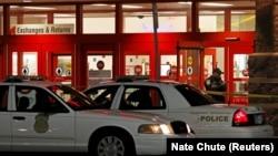 La police métropolitaine d'Indianapolis enquête sur la scène à la suite d'une fusillade dans un centre commercial à Indianapolis, Indiana, le 28 octobre 2015.