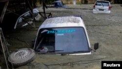 Automobili pod vodom i blatom u indonežanskoj pokrajini Papua (Foto: Reuters)