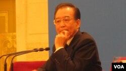 """2012年3月14日,温家宝在北京举行的人大记者会上说:在我担任总理期间,确实谣诼不断......我将坚持""""人言不足恤""""的勇气,义无反顾地继续奋斗。(美国之音张楠拍摄)"""