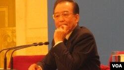 """温家宝总理今春在北京人大记者会上说:在我担任总理期间,确实谣诼不断......我将坚持""""人言不足恤""""的勇气,义无反顾地继续奋斗。(美国之音张楠拍摄)"""