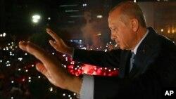 Le président turc Recep Tayyip Erdogan salue les partisans de son parti au pouvoir à Ankara, en Turquie, le 25 juin 2018.