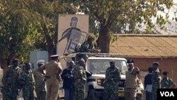 Polisi Malawi berpatroli di Lilongwe (Foto: dok). Legislator Malawi, Atupele Muluzi, putera mantan presiden Bakili Muluzi didakwa melakukan upaya teror dengan mengadakan rapat umum anti-pemerintah.