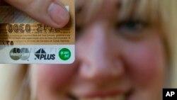 Visa el mayor operador de pagos en el mundo y de las tarjetas prepago, fue la empresa que más se opuso a la regulación, indica un informe de Reuters.
