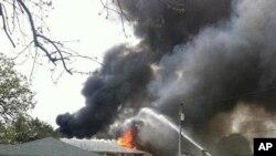 Khói bốc lên từ khu vực bị cháy sau khi chiếc phi cơ rơi xuống